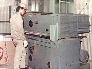 1965年の自動油圧裁断機