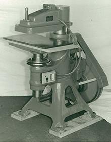 昭和40年頃の高速裁断機、クリッカーの写真