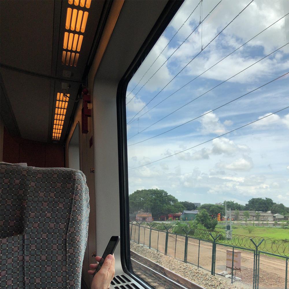 アモイへ移動中、新幹線の窓の外は晴れている。