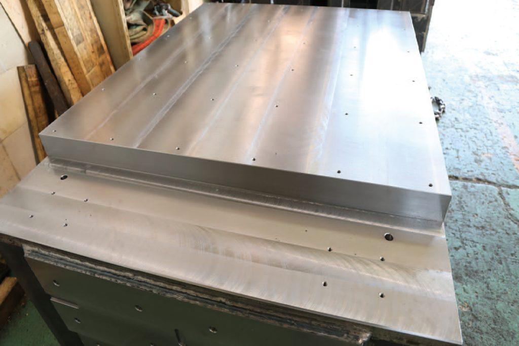 広い盤面や土台を支える鉄